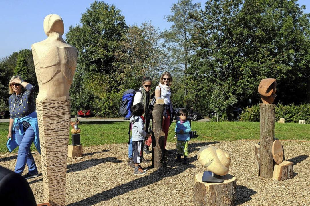Das Bildhauersymposium findet bei der Finissage interessierte Betrachter.  | Foto: wolfgang künstle