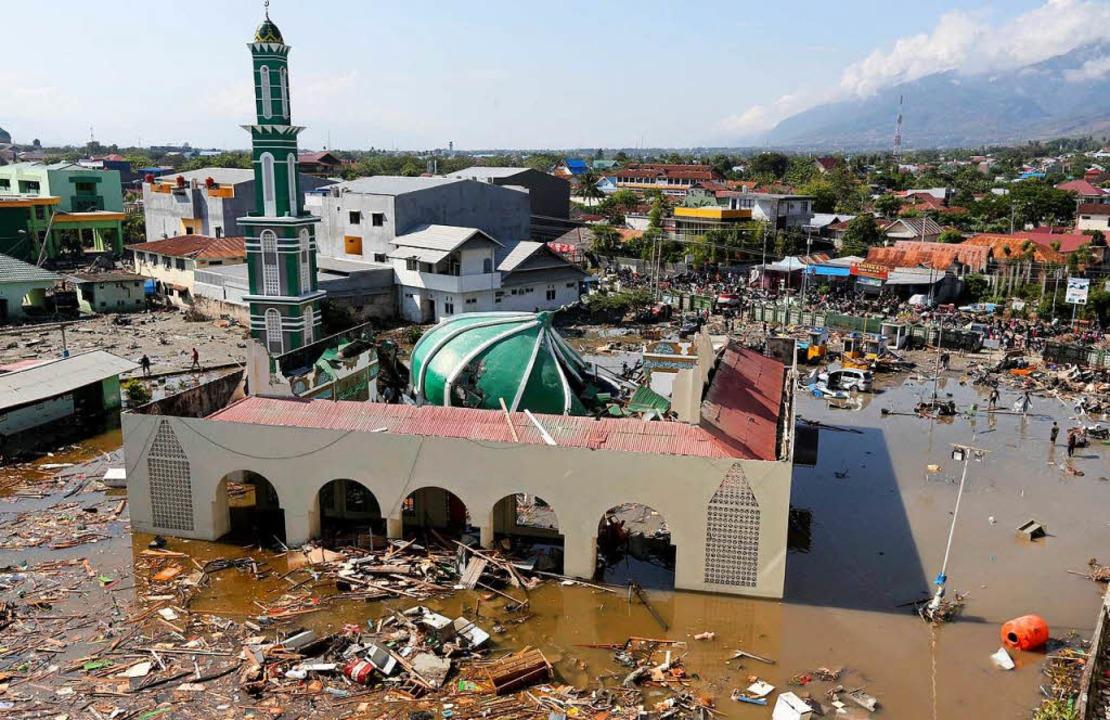 Verheernd ist die Zerstörung nach den ...r als 380 Menschen ums Leben gekommen.  | Foto: dpa