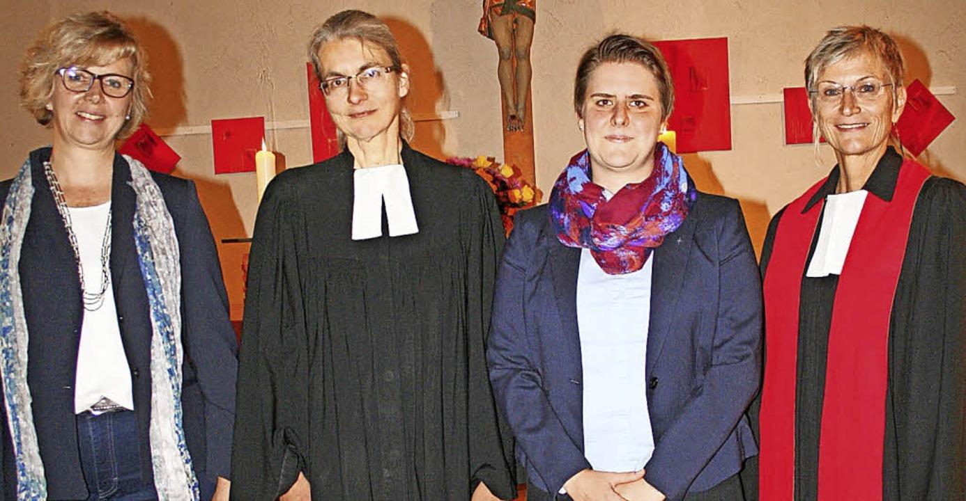 Ein herzliches Willkommen für die neue...in Bärbel Schäfer (weiter von links).   | Foto: Gerd Sutter