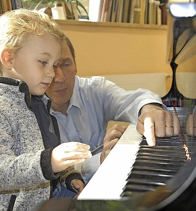 Klavierlehrer Michael Donkel erklärt sein Instrument.  | Foto: Leony Stabla