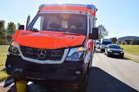 Eimer fällt von Anhänger – Rettungswagen bremst zu spät