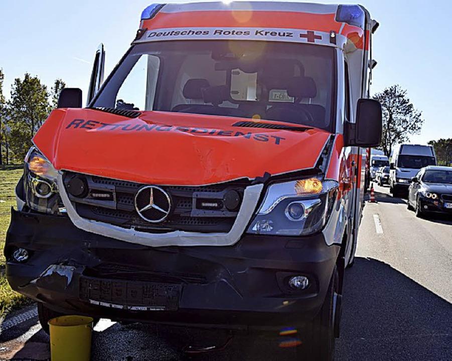 Wirtschaftlicher Totalschaden ist an diesem Rettungswagen entstanden.   | Foto: Kamera 24