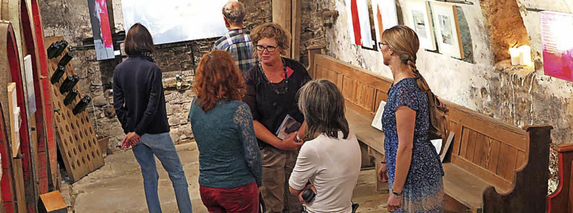 Atmosphäre im Weinkeller: Annette Hollenwäger mit Gästen  | Foto: Beatrice Ehrlich