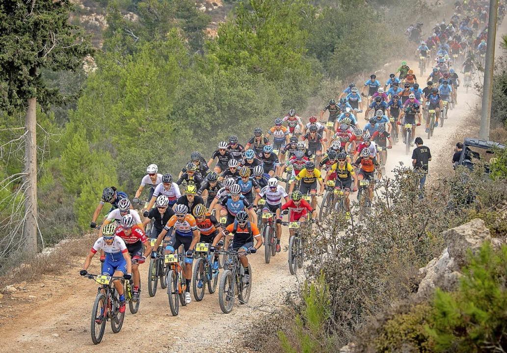 Nicht ohne Staub: Das Starterfeld bei ...uflage des Etappenrennens Epic Israel   | Foto: Armin Küstenbrück