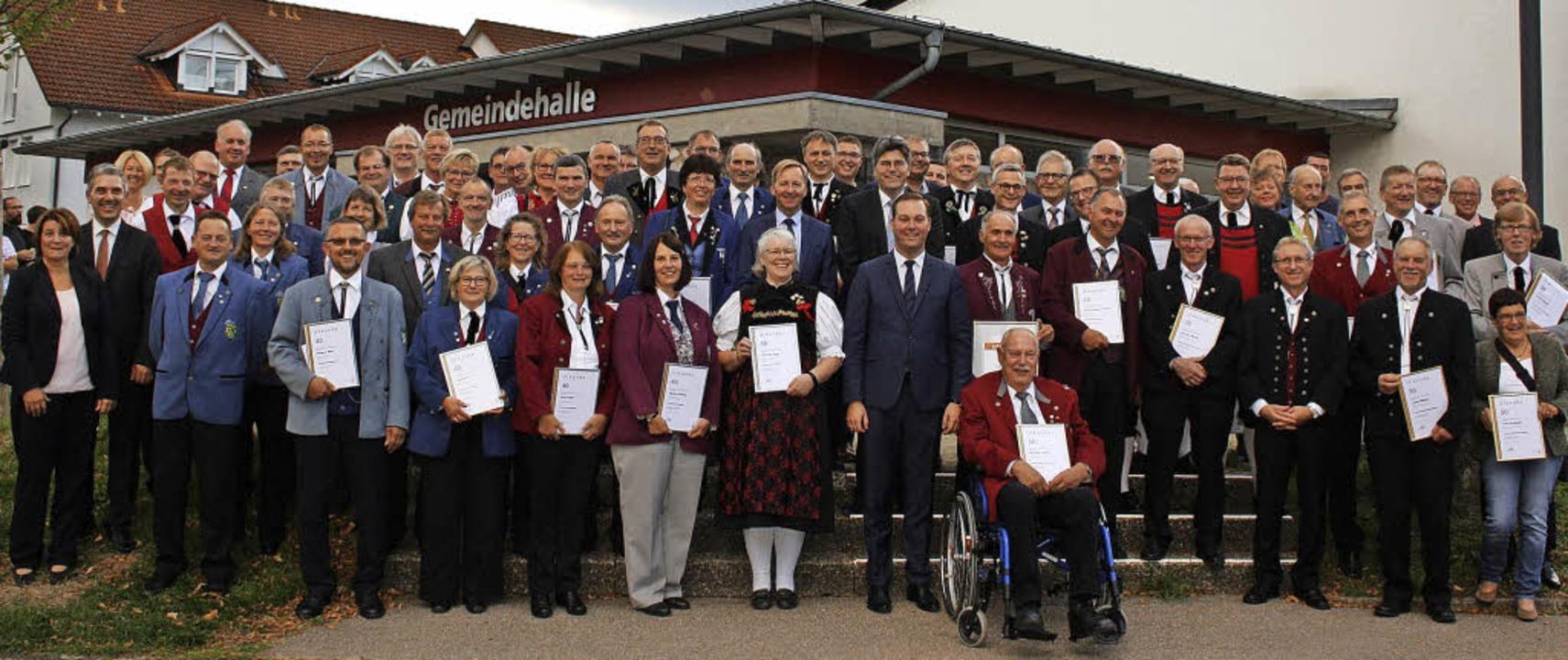 Mehr als 90 langjährige Musiker wurden... Hochrhein mit Felix Schreiner hinzu.     Foto: Yvonne Würth