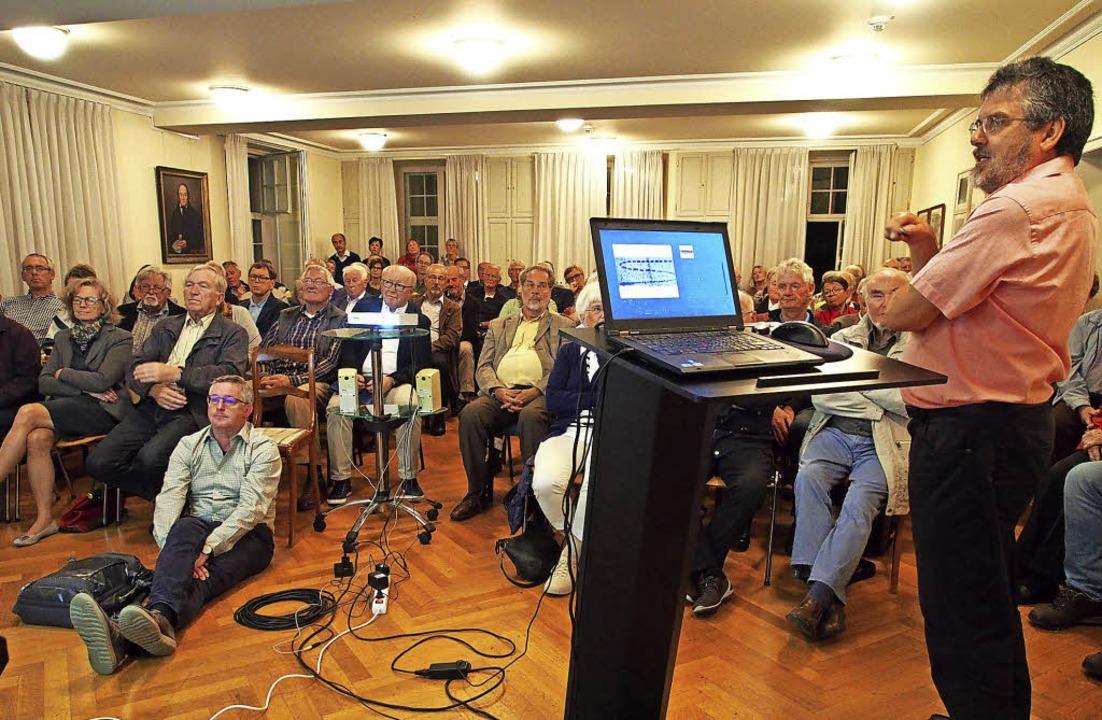 Gerhard Krug aus Görwihl (rechts) bei seinem Vortrag  | Foto: Boris Burkhardt