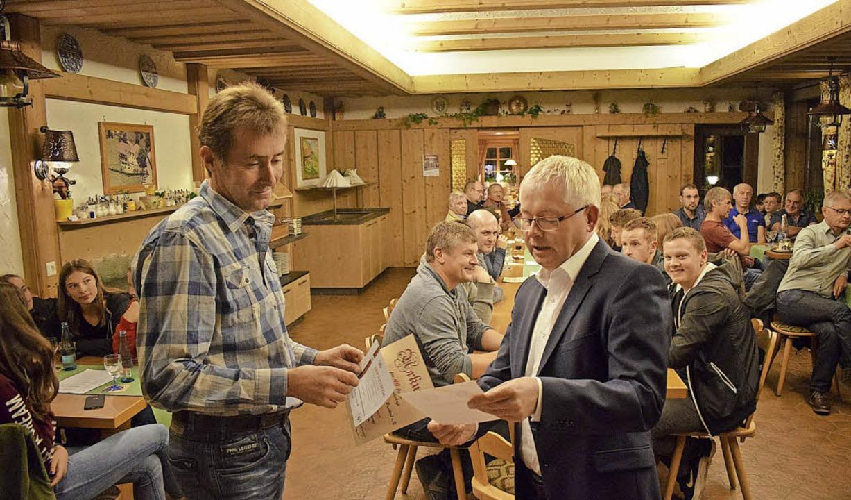 Vorsitzender Klaus Holzer (von rechts)... ehrenamtliche Tätigkeit als Trainer.     Foto: Yannick Allgeier