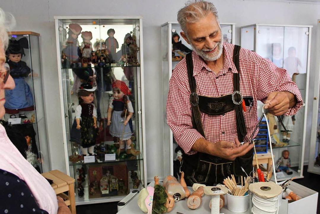 100 Puppen hat  Puppendoktor Bernd Ruf... in seiner Werkstatt zur Repararatur.   | Foto: Theresa Ogando