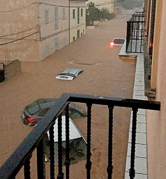 In Sant Llorenç stand das Wasser meter... die Menschen mit den Aufräumarbeiten.  | Foto: dpa