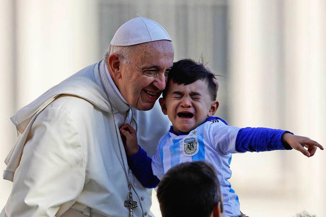 Am 10. Oktober hält Papst Franziskus s...nd Auftragsmorden stößt er auf Kritik.  | Foto: dpa