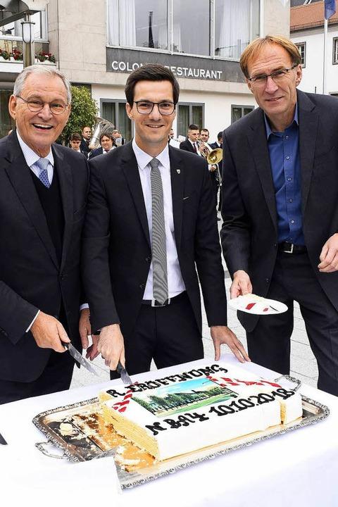 Arbeit am Kuchen: OB Martin Horn (Mitt...hts) und Colombi-Chef Roland Burtsche.  | Foto: Thomas Kunz