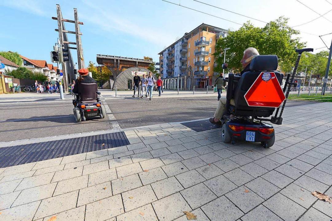 Rollstuhlfahrer Paul Nieddu (rechts ) ...bahnschienen am Betzenhauser Torplatz.  | Foto: Ingo Schneider