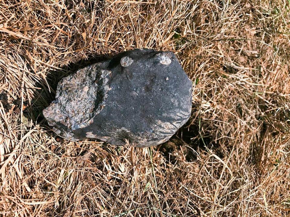 Fast ein Kilo wiegt das Bruchstück, da...westlich von Wagshurst gefunden wurde.    Foto: Ralph Sporn/Martin Neuhofer