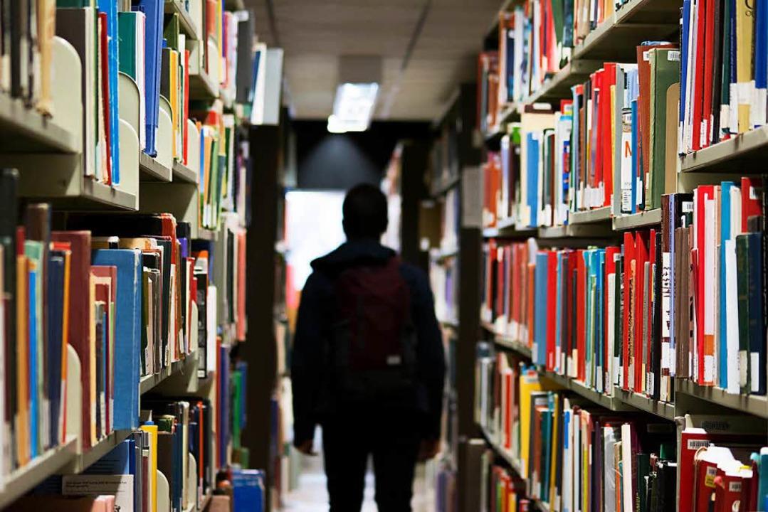 Lange nervt sie Dich. Aber irgendwann vermisst Du sie – die Bibliothek.  | Foto: Redd Angelo (Unsplash)