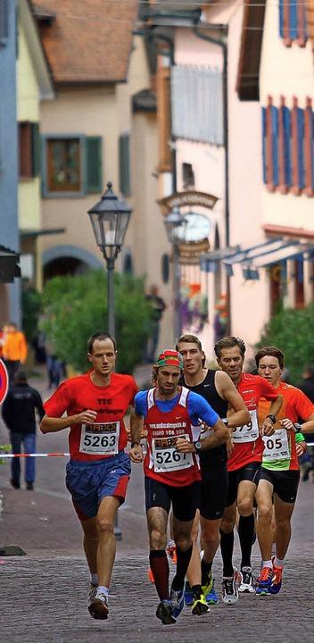 Auf Kopfsteinpflaster durch die Altsta...ie Läufer beim Ettenheimer Stadtlauf.   | Foto:  P. Aukthun