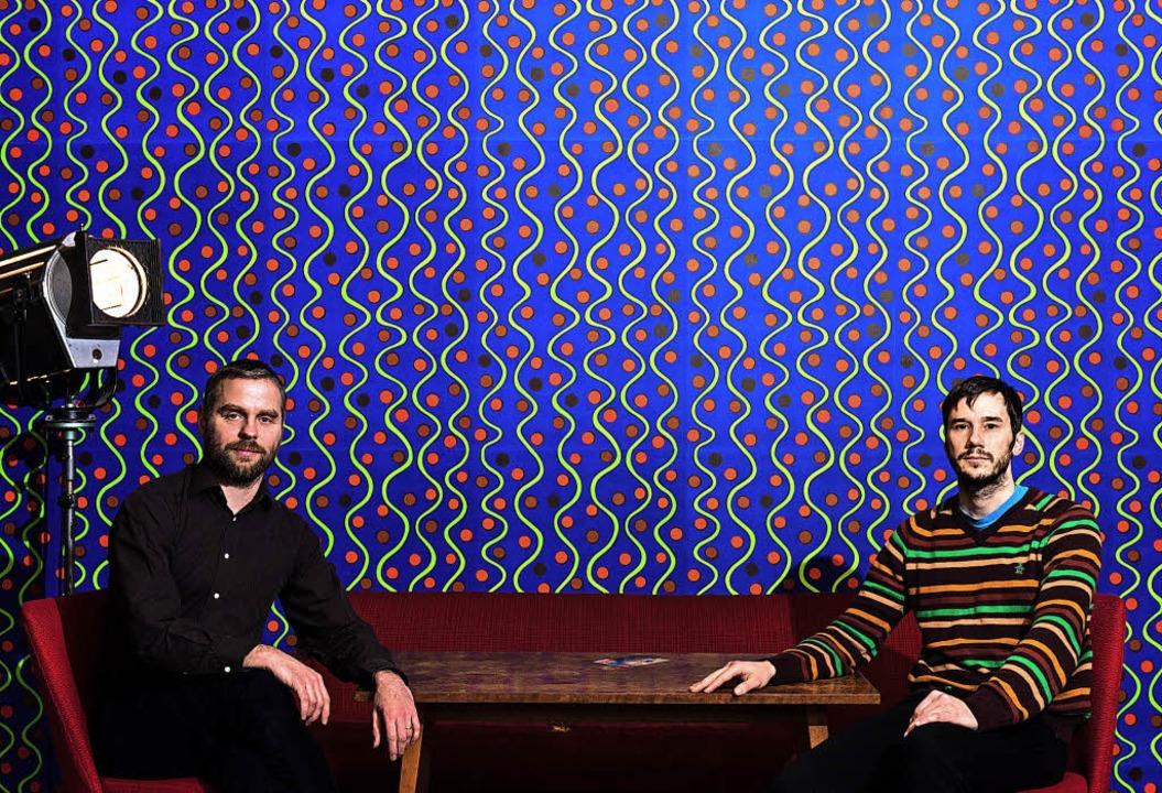 Die Tapeten im Luru sind Linolschnitte...dwig (links) das  Programmkino führt.   | Foto: Nils A. Petersen/Spinnerei Leipzig (dpa)
