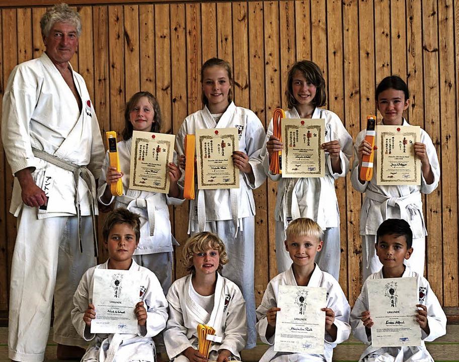 Anton Salat und die erfolgreichen Teilnehmer am Karatekurs.   | Foto: Privat