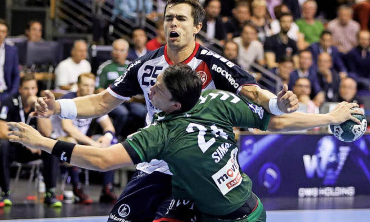Angekommen im harten Alltag der Liga: ...burger Rasmus Lauge Schmidt gebremst.     Foto: Jörg Carstensen/dpa