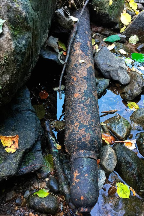 Die Gasflasche mit unbekanntem Inhalt im Rotbach  | Foto: Erich Krieger
