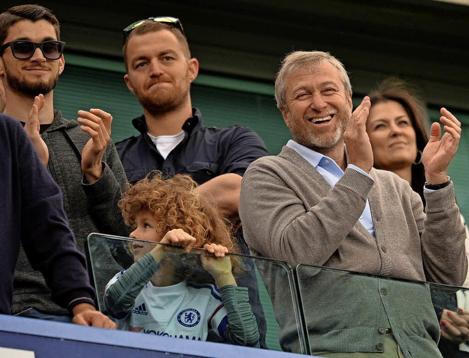 Roman Abramowitsch (vorne) mit seinem Sohn in seiner Loge an der Stamford Bridge  | Foto: AFP/Archiv
