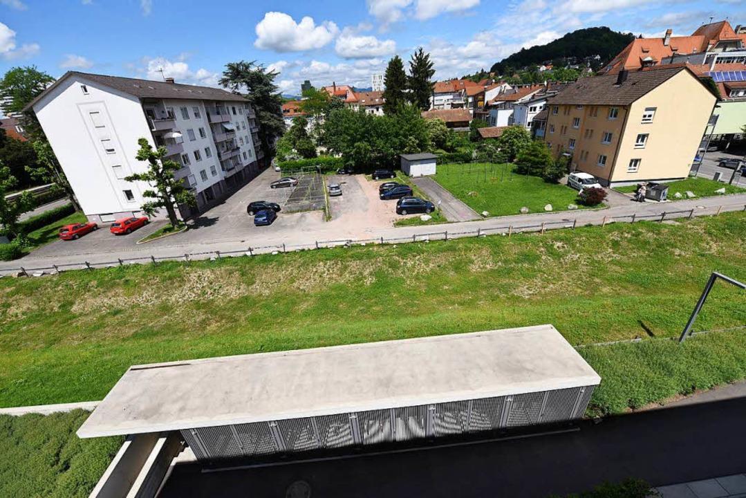 Die Baulücke beim Lerchenhof wird wied...ng eines bestehenden Gebäudes (links).  | Foto: Jonas Hirt