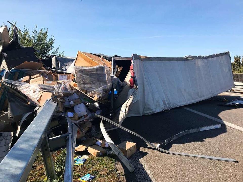 Schwerer Unfall mit zwei Lastwagen auf der Autobahn A5.  | Foto: Hans-Peter Müller