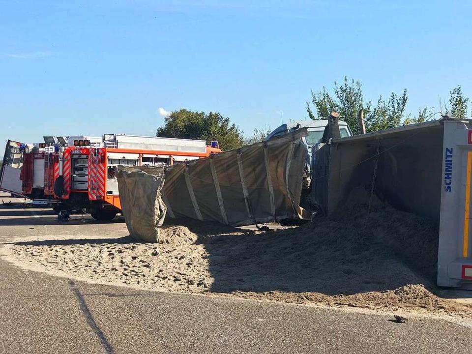 Ein Lastwagen war mit Sand beladen.  | Foto: Hans-Peter Müller