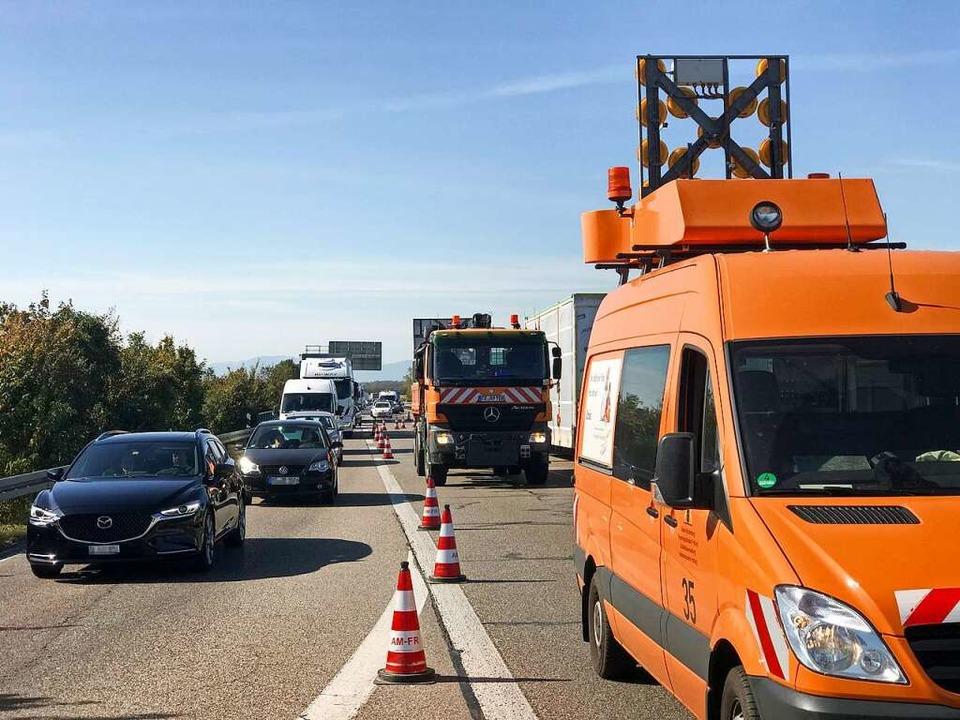 Der Verkehr wird an der Anschlussstelle Bad Krozingen von der Autobahn geführt.  | Foto: Hans-Peter Müller