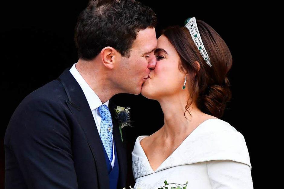 Prinzessin Eugenie und ihre Mann Jack Brooksbank küssen sich nach ihrer Hochzeit in der St.-Georges-Kapelle von Schloss Windsor. (Foto: dpa)
