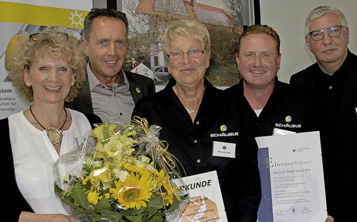 Treue Mitarbeiter: Kreishandwerksmeist...und Ilse Degout (links) gratulierten.     Foto: Charlotte Fröse