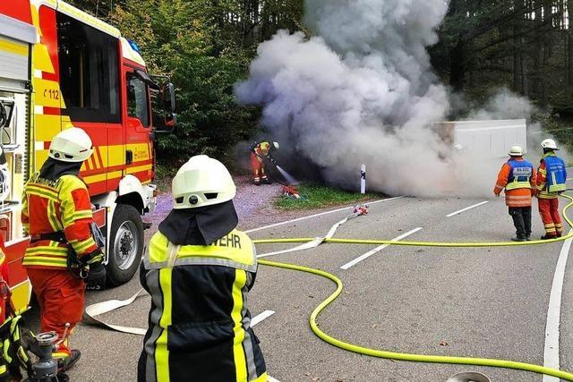 Traktor brennt zwischen Rippolingen und Bad Säckingen aus