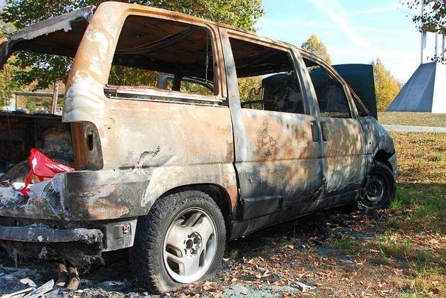 Wieso ein ausgebranntes Schrottauto seit Monaten in Weil am Rhein steht