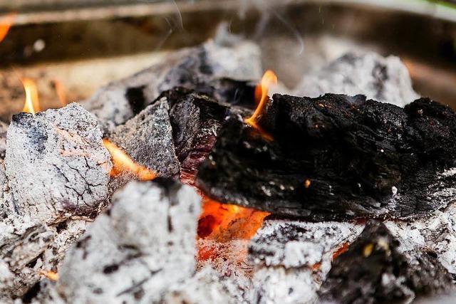 Rheinfelden: Glimmende Kohle führt zu Hüttenbränden