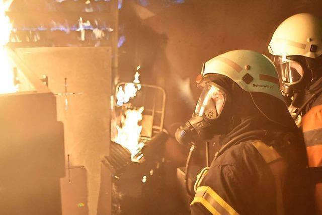 Feuerwehr kann 350 Grad Hitze jetzt im Brandsimulator trainieren
