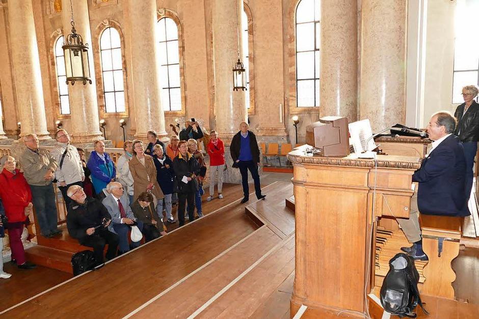 Die BZ-Leserinnen und -Leser im Dom in St. Blasien. Bezirkskantor und Orgelinspektor Johannes Götz – am Spieltisch – demonstriert die Möglichkeiten der Orgel. (Foto: Stephan Hoferer)