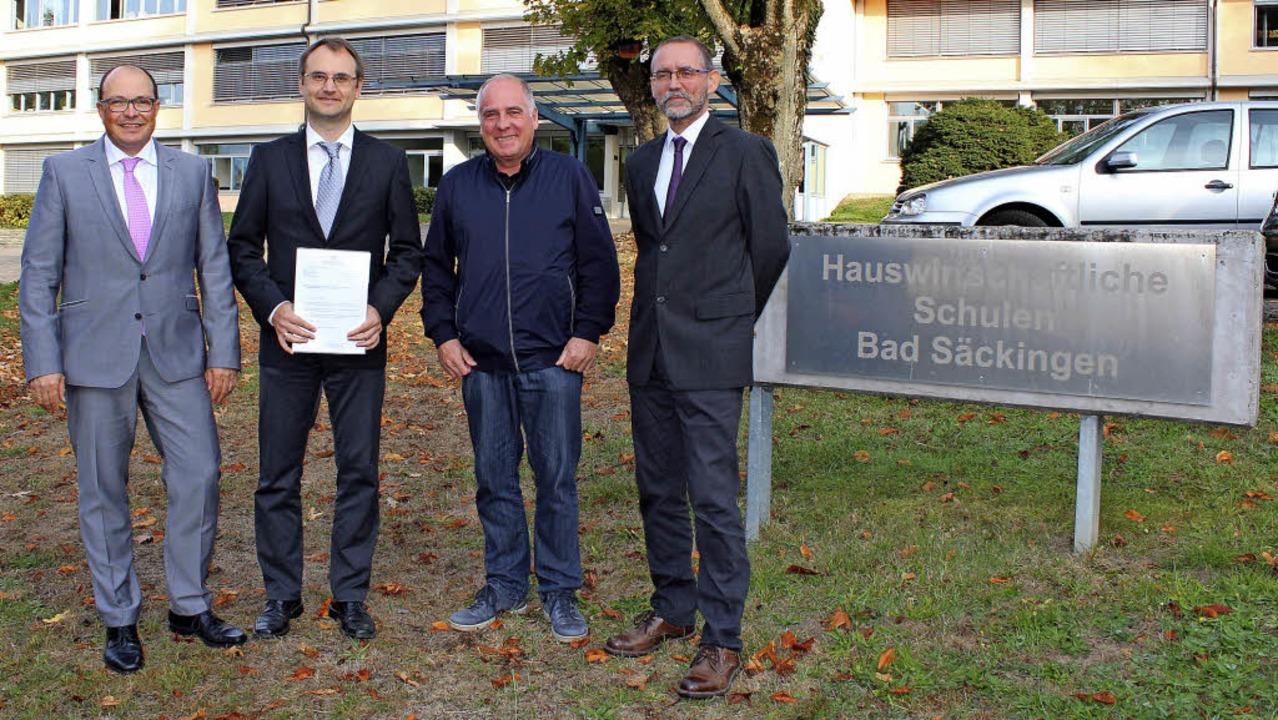 Schulleiter Carsten Schnell (von links...eiburg, Sven Steinlein, gratulierten.   | Foto: Christiane Pfeifer