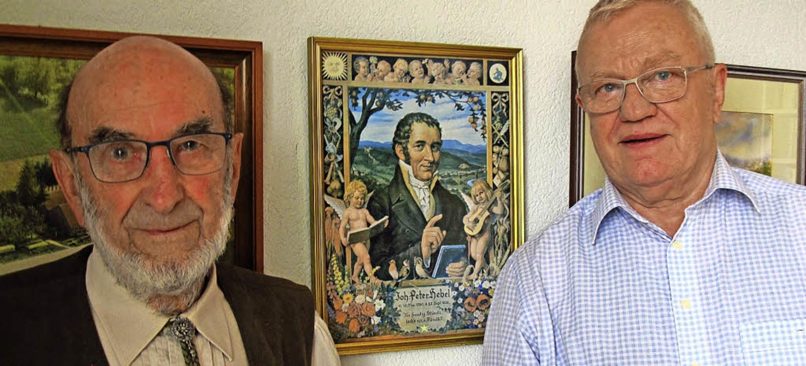 Karl Mannhardt und Jürgen Wolf (v.l.) ...de mit dem Dichter Johann Peter Hebel.  | Foto: Jutta Schütz