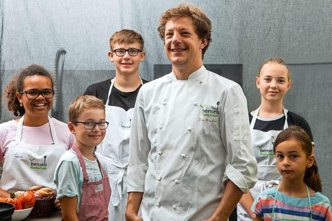 Ben Kindler und Kinder, die einen Kurs in seiner Kochschule besuchen.   | Foto: Joss Andres