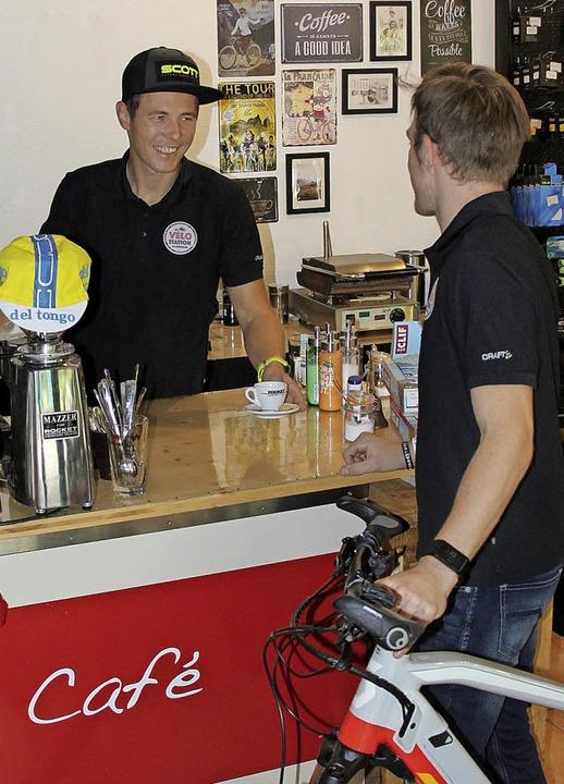 Verkaufsraum und Radler-Cafe in einem:...recht (links) in seiner Velo Station.   | Foto:  Christine Speckner