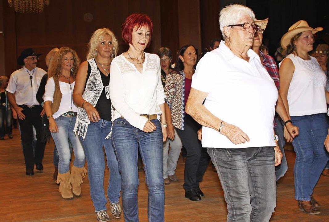 Line Dancer aus der ganzen Region kamen am Samstagabend in den Kursaal.   | Foto: Gerd Leutenecker