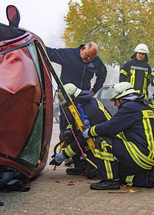 Nach einem Crash liegt das Auto auf de...e die Feuerwehr auf dem Bauhofgelände.    Foto: Olaf Michel