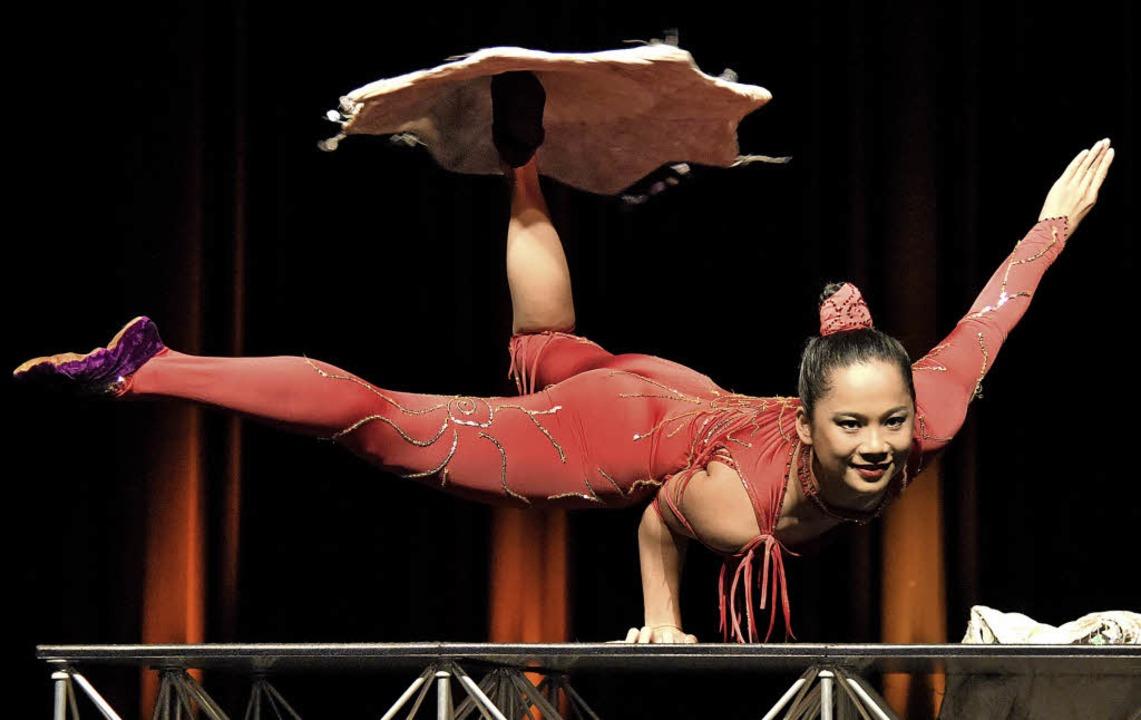 Junlin, Absolventin der Akrobatenschul...meidigen Körper das Publikum erstaunen  | Foto: Markus Zimmermann