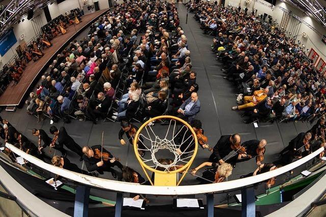 Finale mit wandernden Musikern unterm Basketballkorb