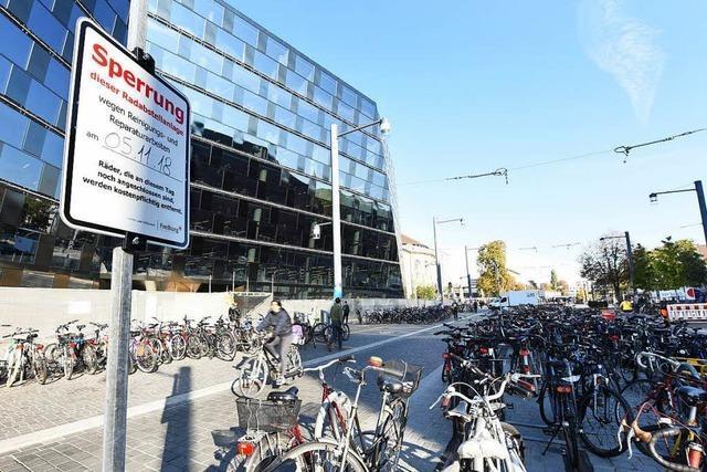 Bis zum 5. November müssen die Fahrräder vor der UB weg