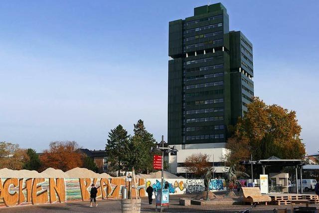 Die Lörracher Rathausfassade wird provisorisch saniert - mit Dübeln
