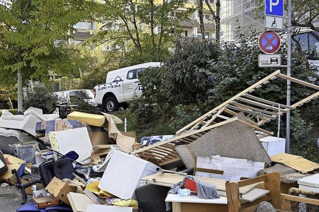 Seit Monaten liegt Müll an der Ferdinand-Weiß-Straße - warum wird er nicht entfernt?