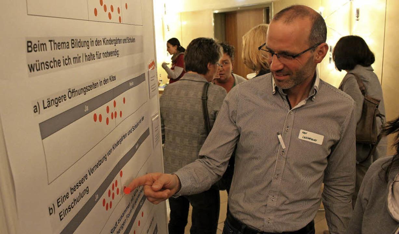 Wie bewerten die Hüfinger Zustand und ...n roten Klebepunkt an der Info-Tafel.   | Foto: Guy Simon