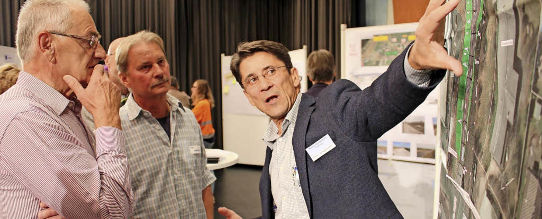 Peter Spiegelhalter vom Regierungspräs...ungen zum Zubringer bei Allmendshofen.  | Foto:  Simon, Guy