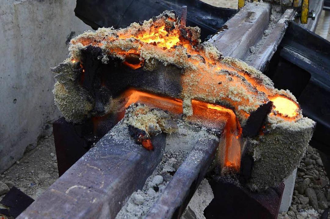 Frisch aus der Form gepellt ist die Sc...s überflüssige Material wird entfernt.  | Foto: Ingo Schneider