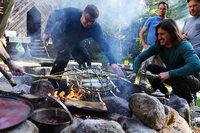 Diese Männer bereiten ihr Essen in Erdlöchern im Schwarzwald zu